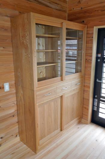 タモ製の食器棚