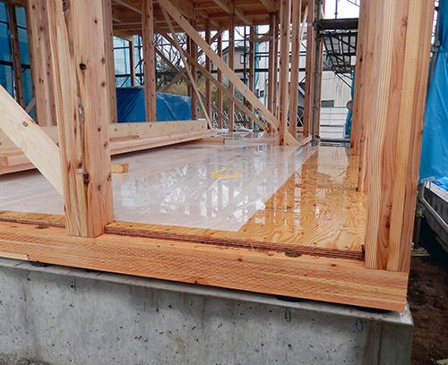 雨水に濡れた一階床下地板