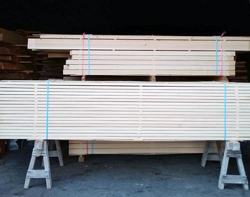 ヒノキの化粧垂木と枠材