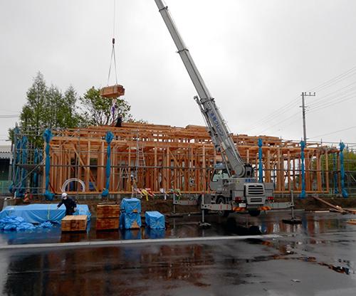 雨の上棟工事最終日