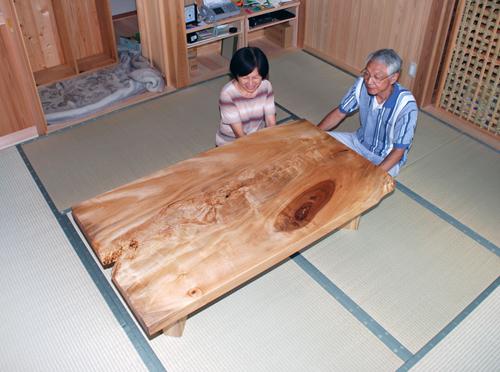 トチ一枚板の座卓