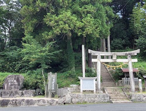 湯野神社の鳥居脇